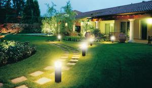 Đèn sử dụng năng lượng mặt trời trong trang trí sân vườn và đèn trụ lối đi